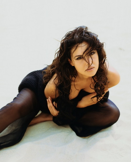 Monica_bellucci_showing_her_perfe_2
