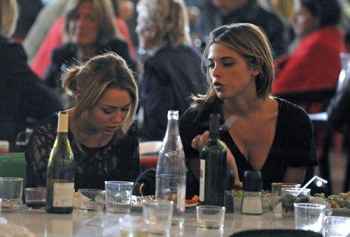 Miley_cyrus_ashley_greene_at_the__3